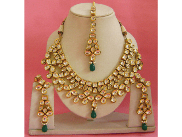 Compliment Silk Saree With Kundan Gold Jewellery